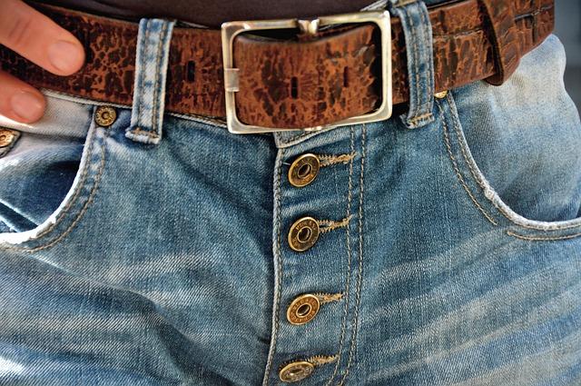 džíny s páskem