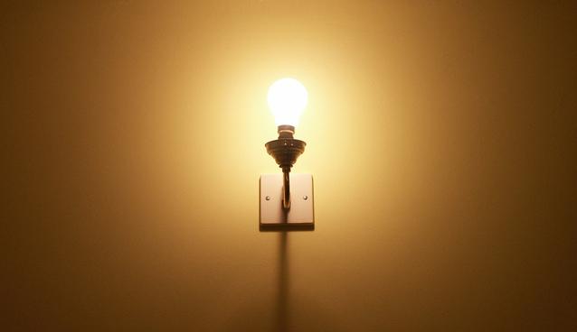 rozsvícená žárovka E27.jpg