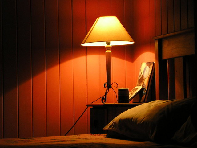 lampička v ložnici na nočním stolku