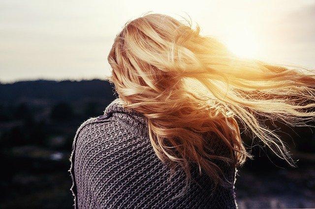 dívka s vlajícími vlasy