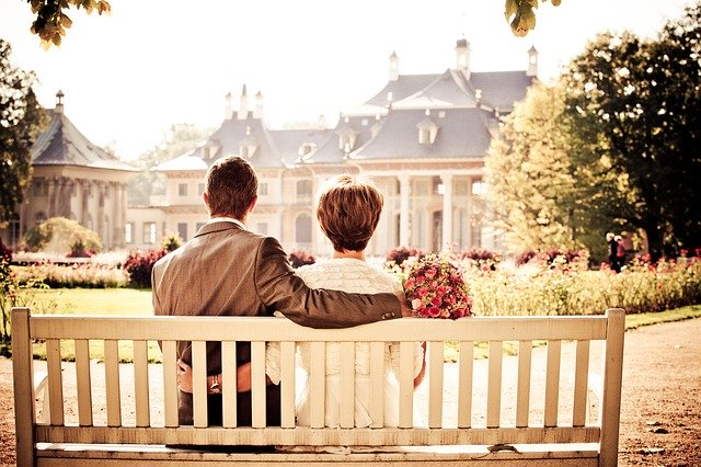 Pár sedící na lavičce.jpg
