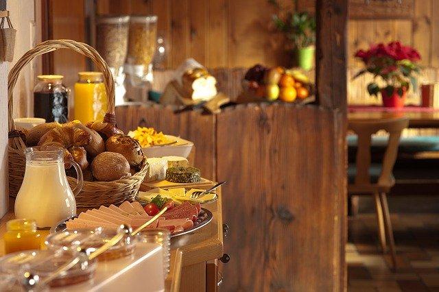 snídaňový bufet v hostelu